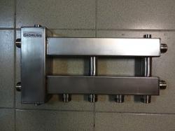 """Коллектор с гидрострелкой """"компакт"""" GidrussBMKSS-60-3D из нержавеющей стали (60 кВт, 3 контура: 2 вниз, 1 в сторону 3/4'' НР, G 1'' НР Межосевое расст 90мм)"""