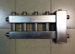 """Коллектор с гидрострелкой """"компакт"""" GidrussBMKSS-60-5U из нержавеющей стали (60 кВт, 5 контуров: 4 вверх, 1 в сторону 3/4'' НР, вход G 1'' НР Межосевое расстояние 90 мм)"""